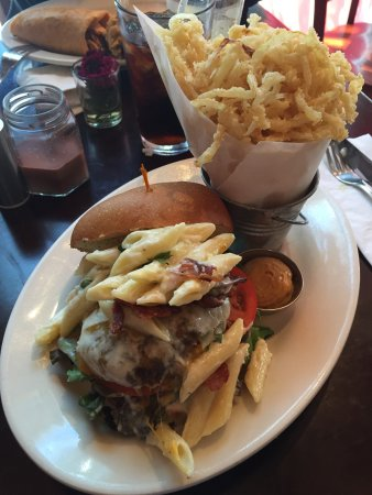 Flemington, Nueva Jersey: Mac n cheese burger with onion straws