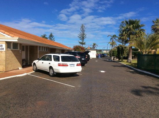 Best Western Hospitality Inn Geraldton: No worries here about where to park or stairs to climb. There is even a car wash bay!
