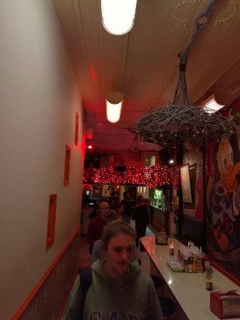 Un mix tra un ristorante e un take-away (no VISA)