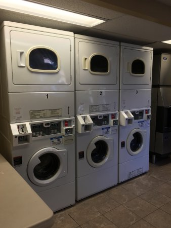 Regency Suites Hotel Calgary: That's how the gym area and laundry space look like. Laundry is 2.25 for both washing and drying
