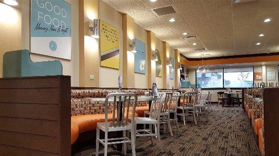 Seminole, FL: Village Inn dining interior