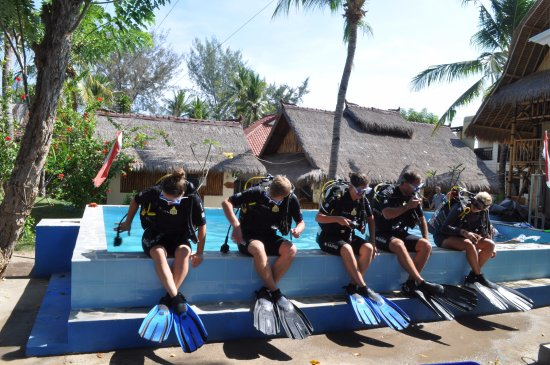 Gili Air, Indonesien: back roll the way we enter the water in the Gili's our pool designed to simulate boat entries