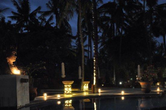 Kubu, Indonesia: Abend Atmosphäre an der Poolbar