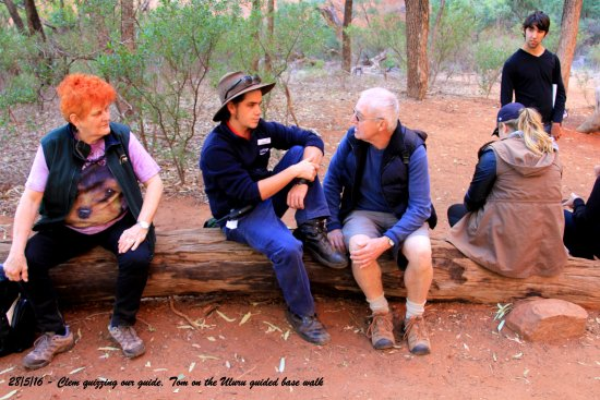 Yulara, Australie : Tom sharing his knowledge with guests