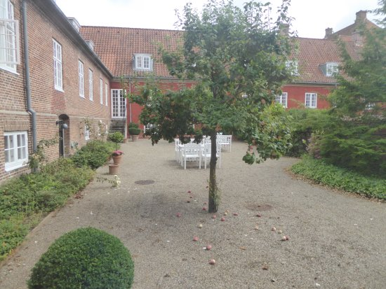 Middelfart, Danemark : Courtyard outside bedroom
