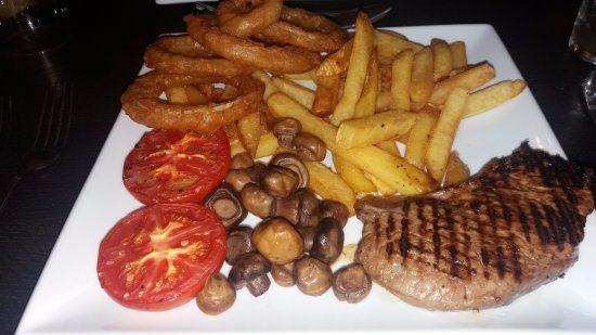 Honiton, UK: Sirloin steak with all the trimmings