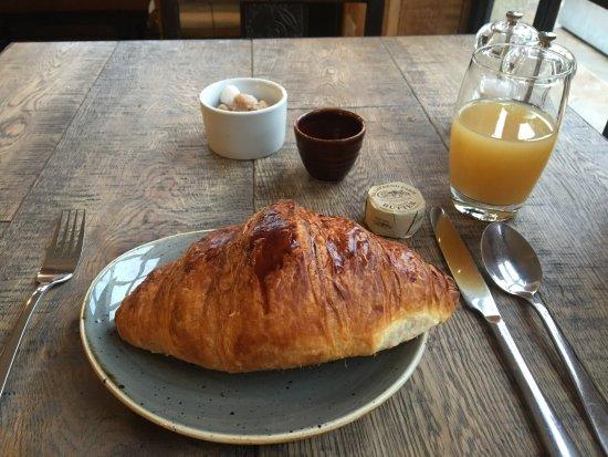 Bradford-on-Avon, UK: Breakfast-good croissant