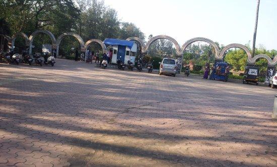 Vanganga Lake Garden: Entrance & Ticket Booth at the Vanganga Lake Garden