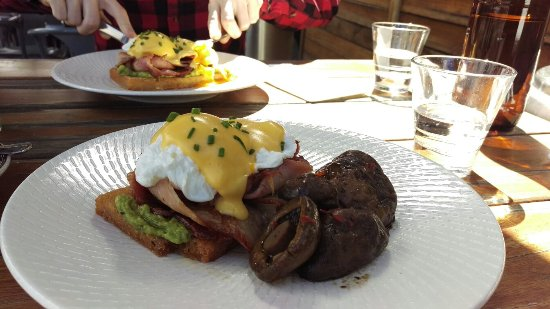 Прахран, Австралия: Eggs Benedict with Bacon and side of mushrooms