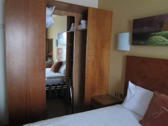Treacys Hotel Waterford: Schrank am Bett