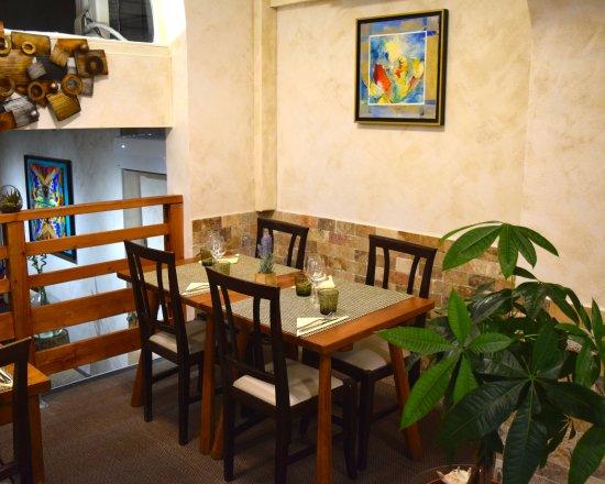 Salle mezzanine, face à la cuisine ouverte - Photo de A L\'Ombre du ...