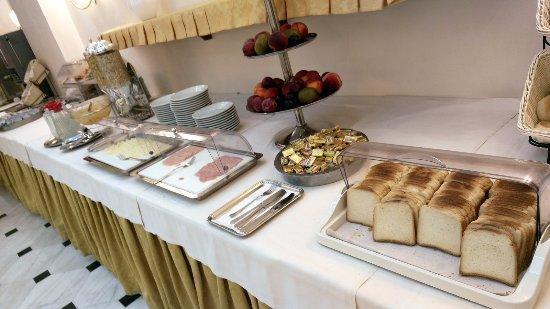 Hotel Luce: Buffet breakfast