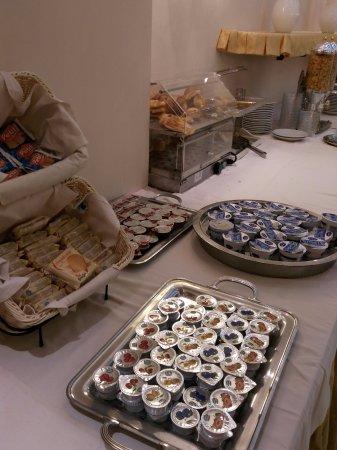 Hotel Luce: Jams & yoghurt