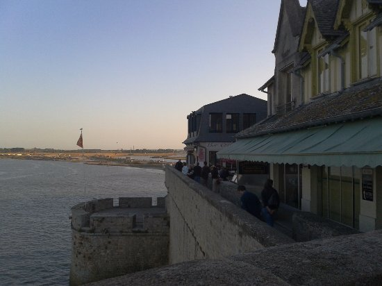 Dol-de-Bretagne, França: Remparts et restaurants