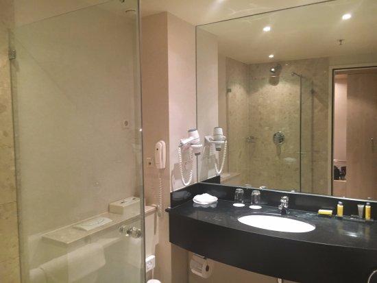 Salle de bain avec baignoire et douche - Photo de Rotterdam Marriott ...