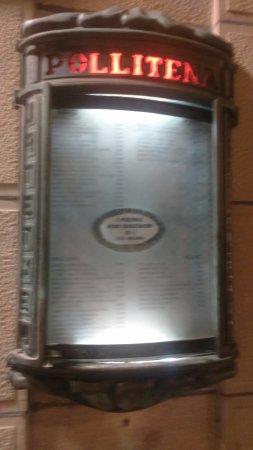 Restaurante Pollitena: La carta expuesta junto a la puerta del restaurante