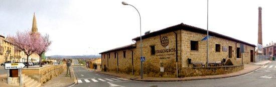 Olite, Spain: Panorámica de la situación. Edificio Bodegas Cosecheros. Fundado en 1913