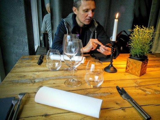 Joensuu, Φινλανδία: Муж за столом в ожидании блюда