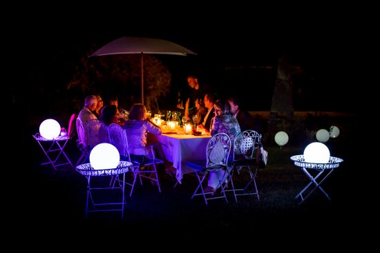San Pietro in Cariano, Itália: The beautiful atmosphere of the restaurant by night