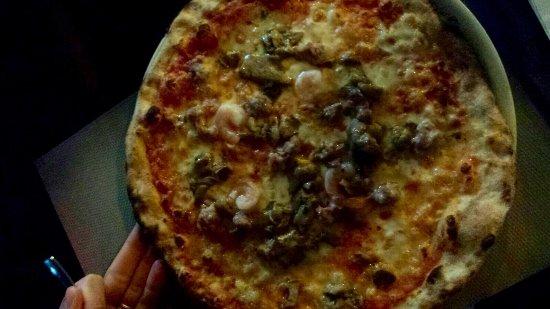 Martano, Italia: Pizza Moschettiere 1 con Salsiccia Porcini e Gamberi molto buona