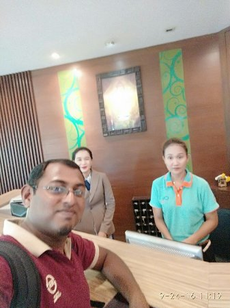 Citin Garden Resort by Compass Hospitality: With the front desk staff at the hotel, Ms. Jing