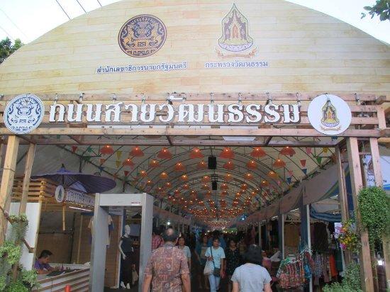 Khlong Phadung Krung Kasem Floating Market