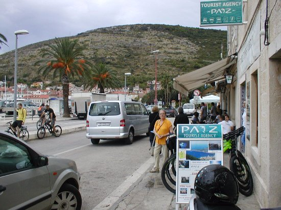 Vis, Κροατία: Payz Travel Office looking towards The Ferry Quay (100 meters away)