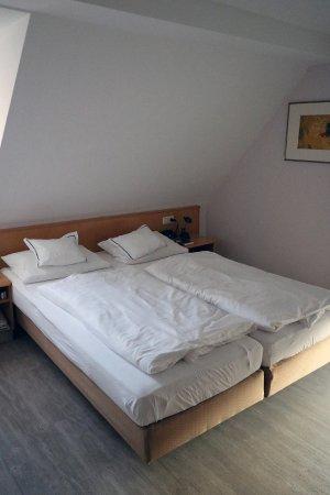 Veitshochheim, ألمانيا: Doppelbett in Benutzung!