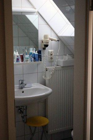 Veitshochheim, ألمانيا: Badezimmer unter Dachschräge, in Benutzung!