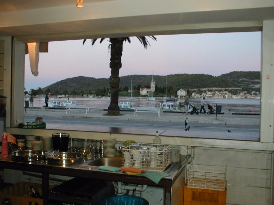 Vis, Κροατία: The view of the Bay from the bar next door to Payz Travel