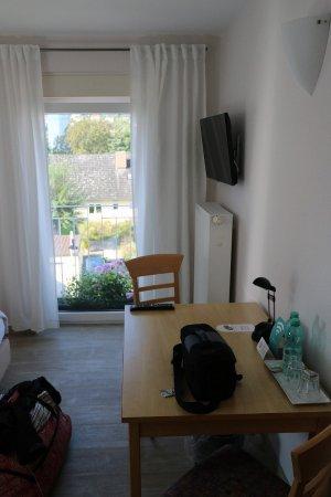 Veitshochheim, ألمانيا: Zimmer zum Main mit TV und Tisch, in Benutzung!