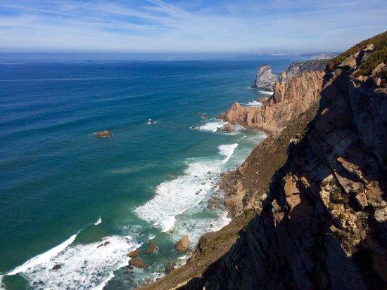 Colares, Portugal: Вид, если перелезть через ограждение, там натоптонная тропа