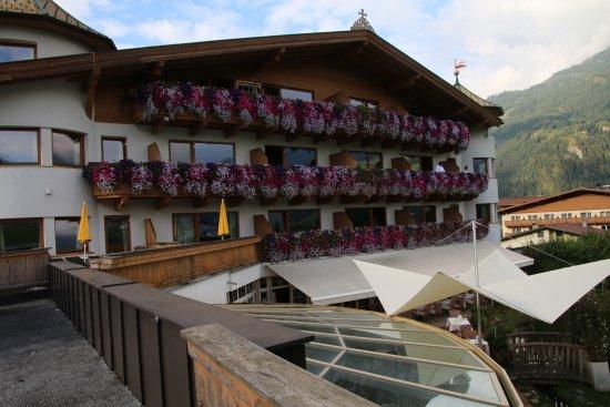 Ried im Zillertal, Österreich: Hotellet fra vest med ute arealet hvor en kunne spise og drikke.