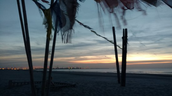 's-Gravenzande, Pays-Bas : Beach and lights of The Hook of Holland.