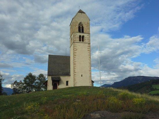 Fie allo Sciliar, İtalya: La piccola chiesetta di San Pietro sul colle di Fie' allo Sciliar.