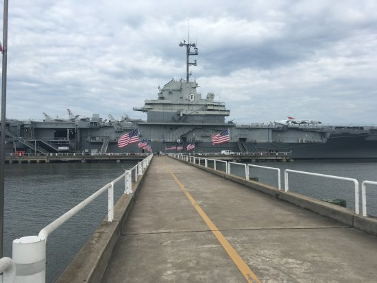 Mount Pleasant, Carolina del Sur: Infront of the aircraft carrier