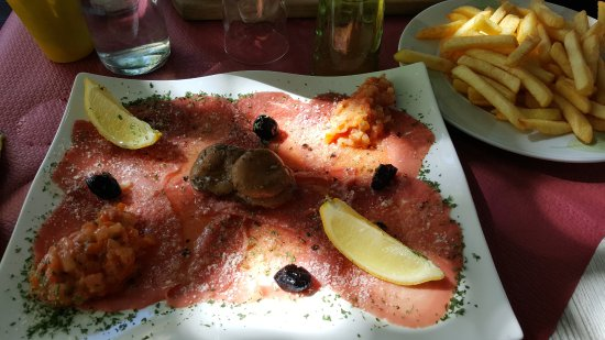 Serres, Francia: carpaccio et son assiette de frites