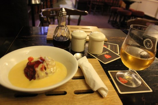 Повис, UK: Apple-blackberry crumble with custard and cider