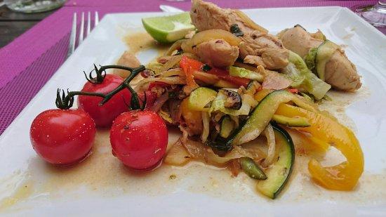 Sophia Antipolis, Francia: Salade de boulgour,  wok de poulet aux légumes, clafoutis aux figues !