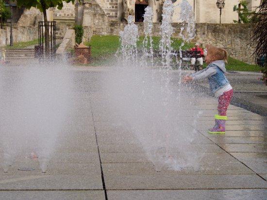 """Boleslawiec, Pologne : """"Interactive"""" fountain on the Rynek"""