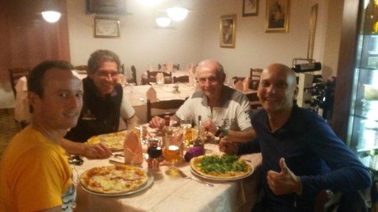 Armeno, Italia: lecka Pizza .....