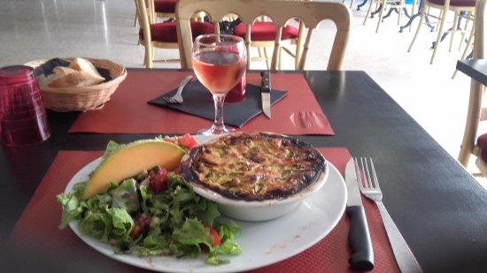Tarascón, Francia: Le clafoputis Courgettes / Jambon cru / Curry... et sa salade. Vraiment hyper bon !!