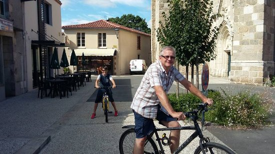 Pouzauges, Francia: Morning bike ride for bread