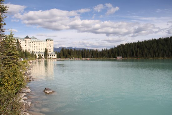 Fairmont Chateau Lake Louise: Hotel from the lake