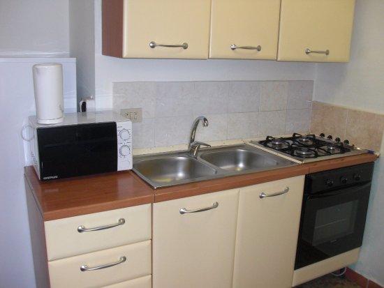 Cucinino attrezzato con microonde, bollitore, piano cottura, forno ...