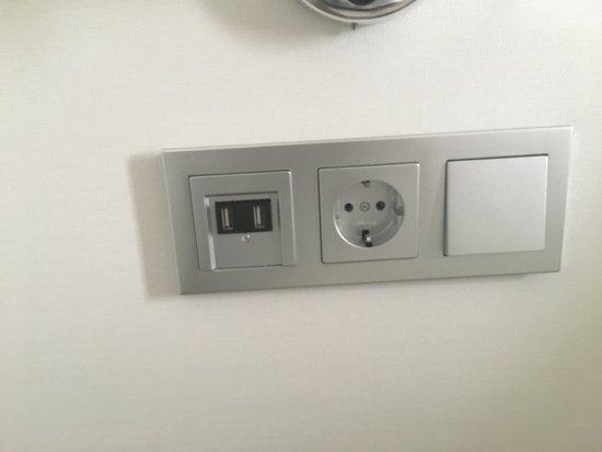 Weinheim, Tyskland: praktische USB Ladestation am Bett und am Schreibtisch