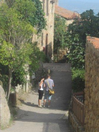 2 candidats dans la Carrer del mitg à Castelnou