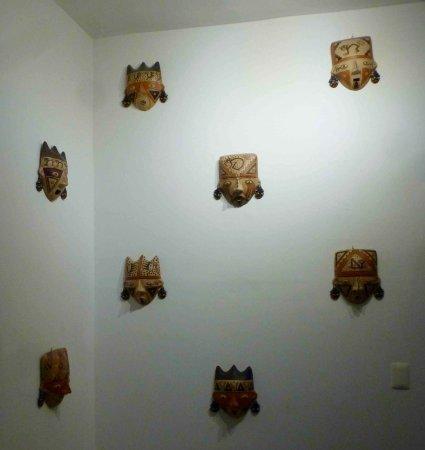 إقامة وإفطار بفندق إنكا فروج إكسكلوسيف: These beautiful masks decorated the wall outside our room.