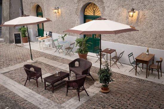 Magliano Sabina, Italia: Un bicchiere di vino e un buon libro in terrazza
