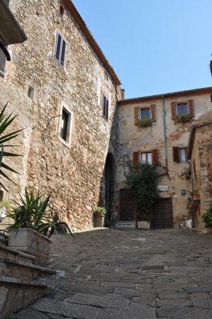 Montemerano, Italia: Particolare vicolo del borgo
